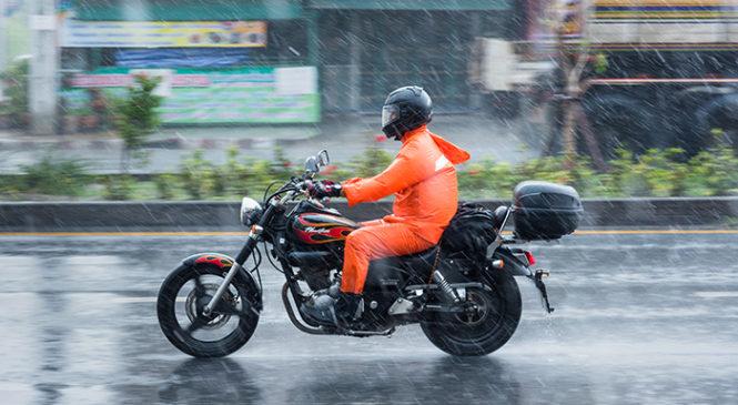 10 consejos para manejar tu moto en días de lluvia