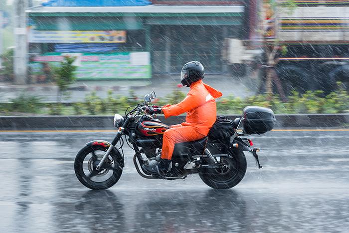 10 consejos para manejar moto en días de lluvia