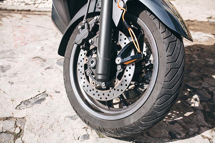 ¿Cómo limpiar los neumáticos de moto?