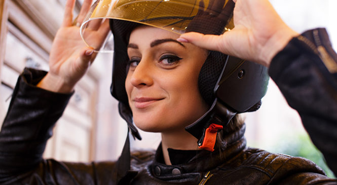 ¿Cómo limpiar tu casco de moto? ¡Sencillos tips!
