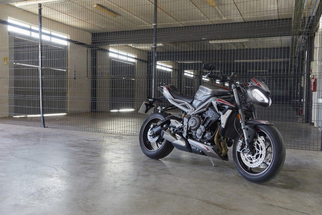 moto en garage