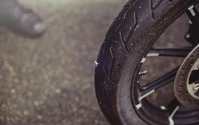 ¿Cómo reparar una rueda de moto pinchada?