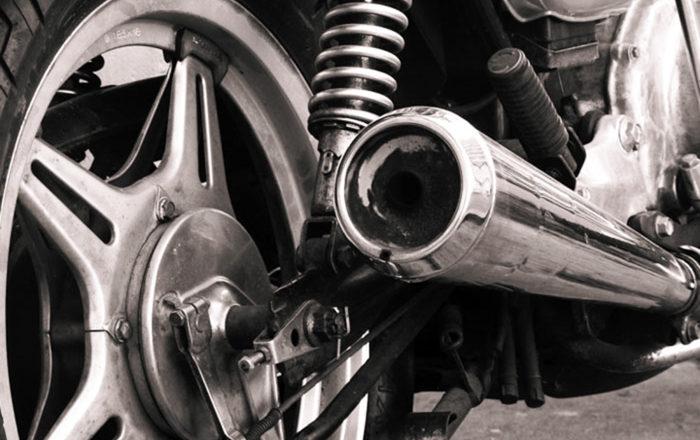 ¿Cómo reparar un tubo de escape de moto?