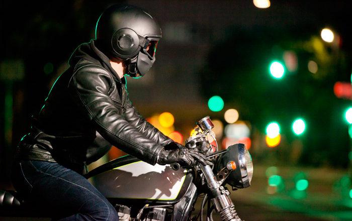 Precauciones para conducir de noche en moto