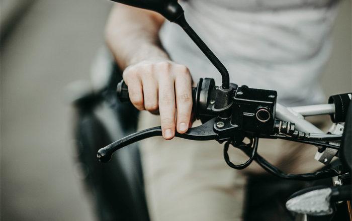 Frenada de emergencia en moto: Que hacer y que No