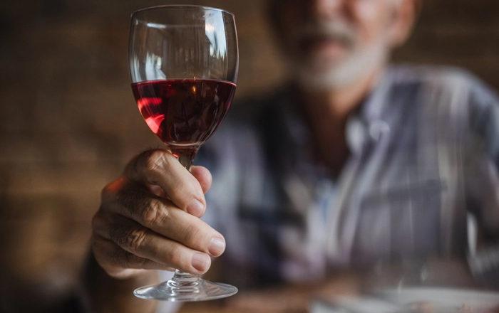 ¿Cómo afecta el consumo de alcohol a las personas mayores?
