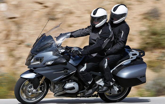 ¿Cómo debe ir equipado el acompañante de moto?